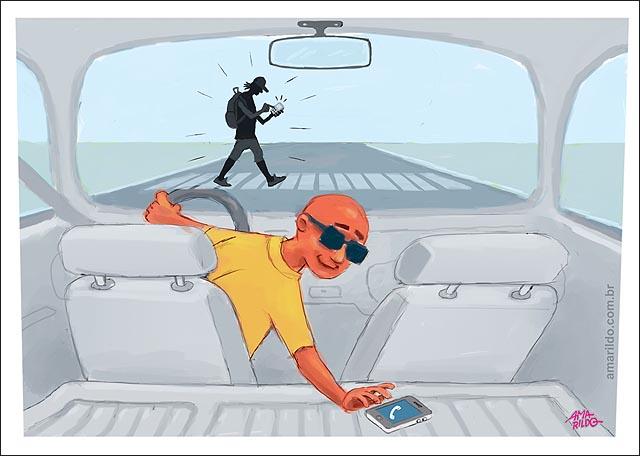 Carro dentro celular pedestre celular atropelamento retrovisor